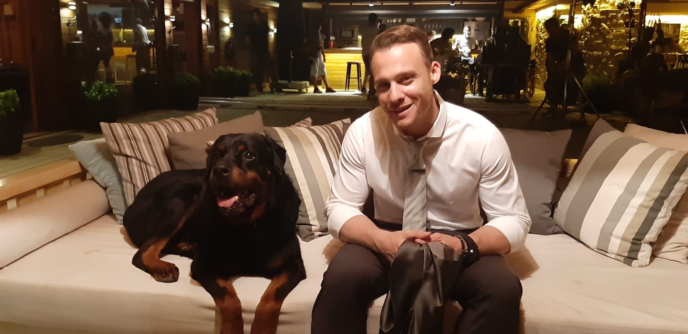 Sen çal Kapımı adlı dizi de basrol oyuncularindan köpeğimiz Küba dizide ki adıyla (Sirius)